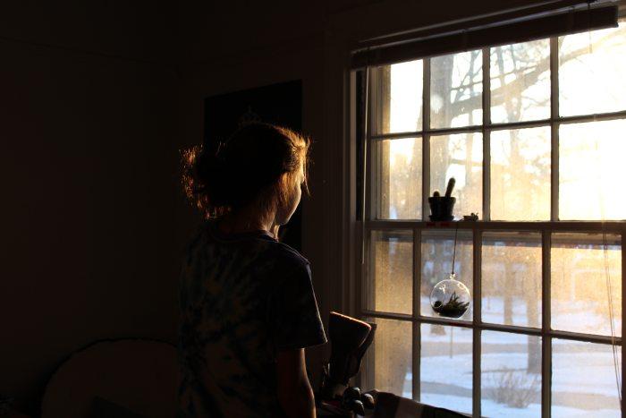kobieta wyglądająca przez okno